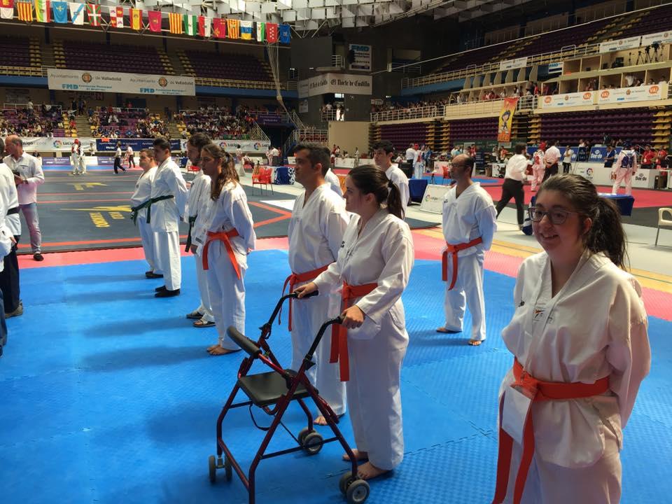 Competidores de Parataekwondo en el tatami listos para la competición
